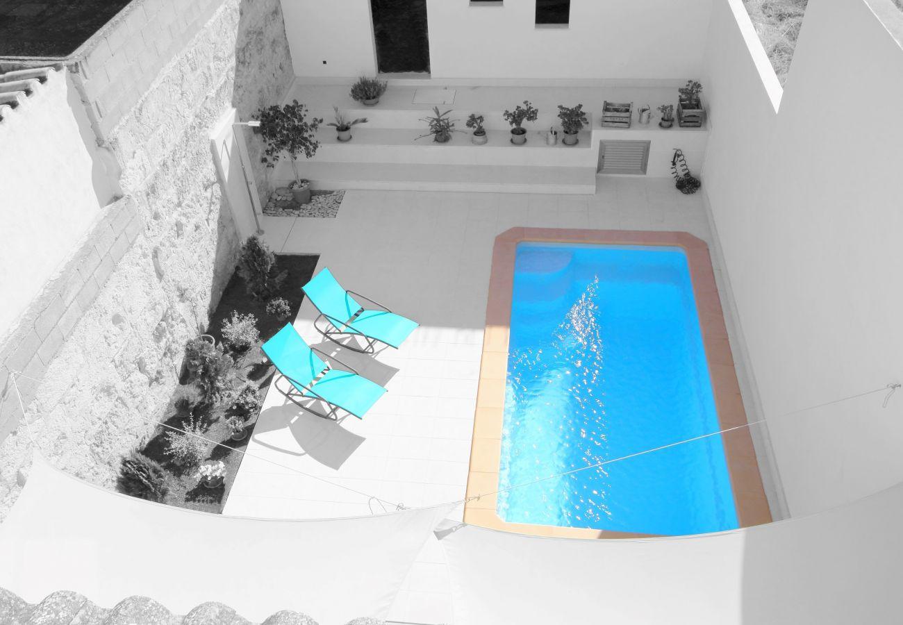 Vista de la piscina desde la primera planta de la casa de pueblo en Muro