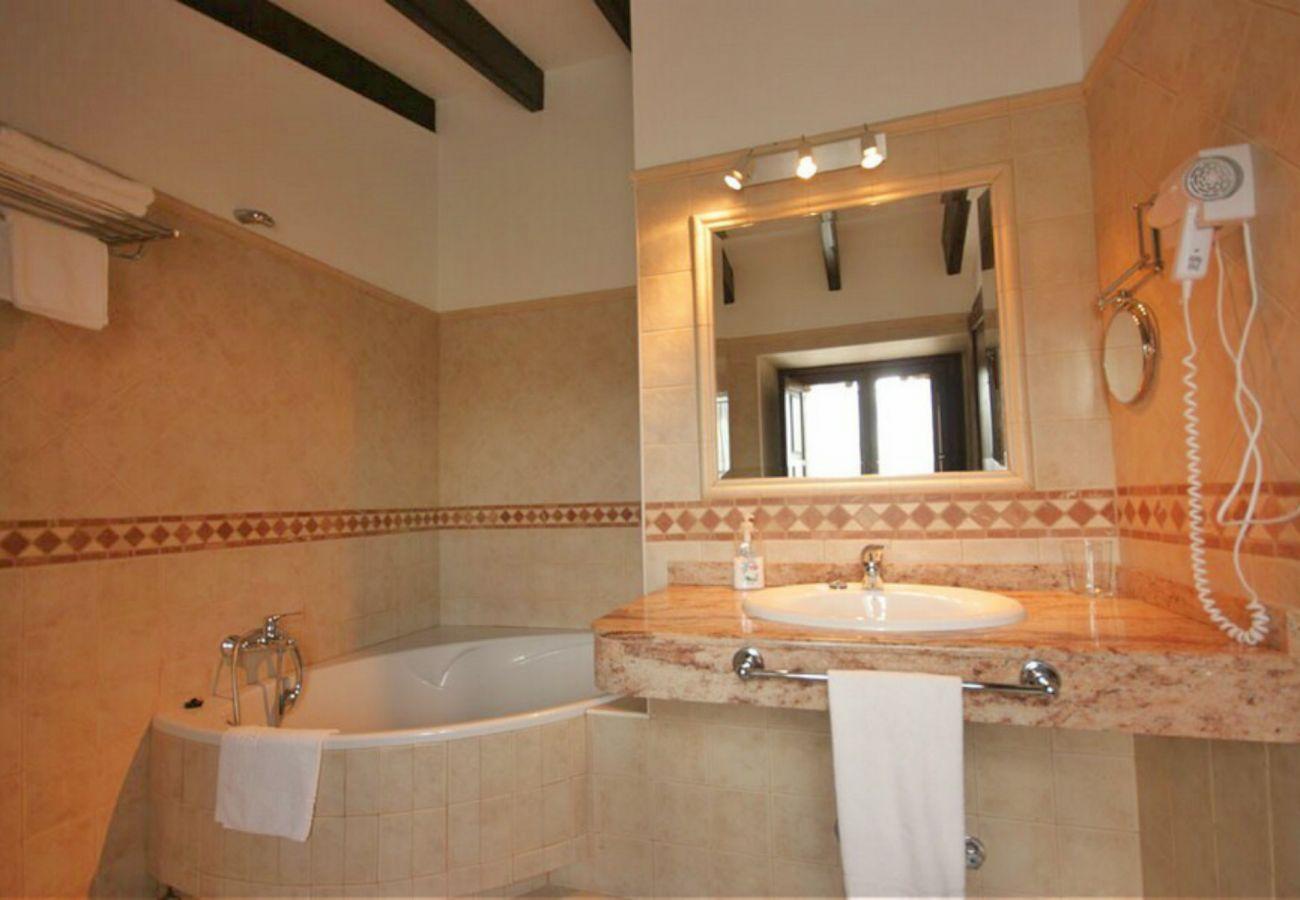 Uno de los baños de la finca en Petra
