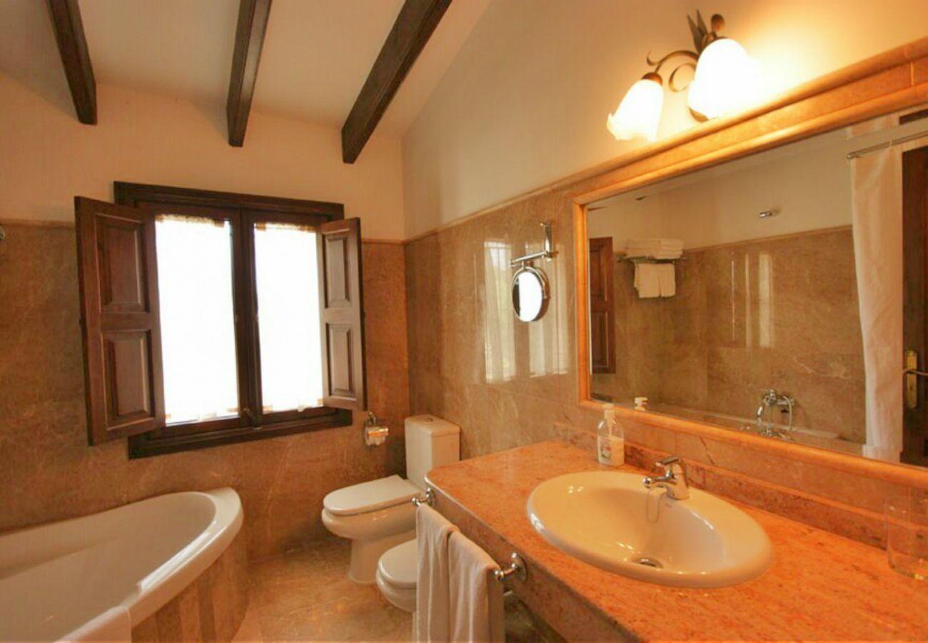 El baño de la finca en Petra tiene bañera