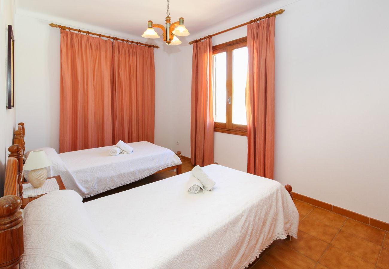 La casa para alquilar en Son Serra tiene 4 habitaciones