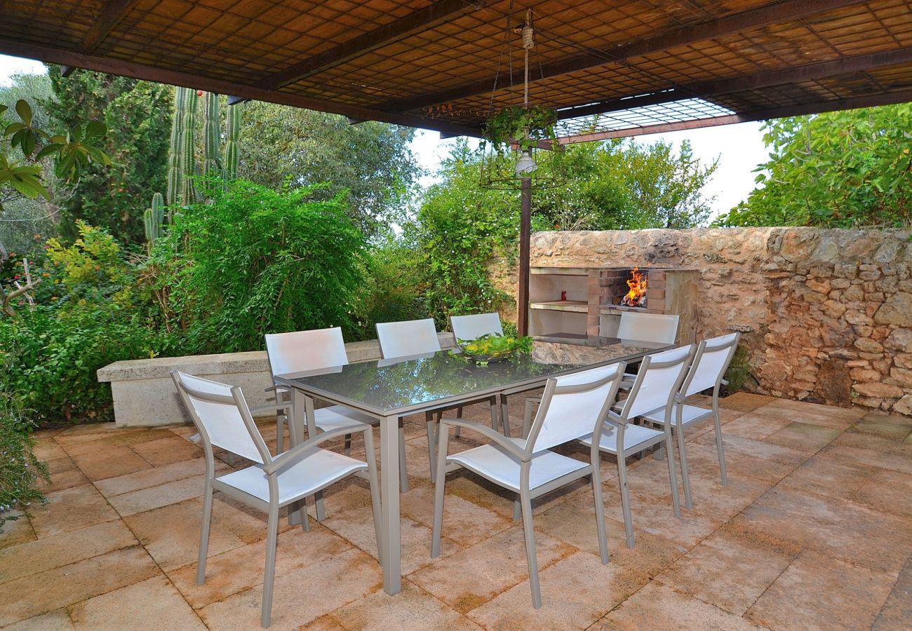 La finca consta de una terraza y de una piscina donde poder disfrutar de unas buenas vacaciones