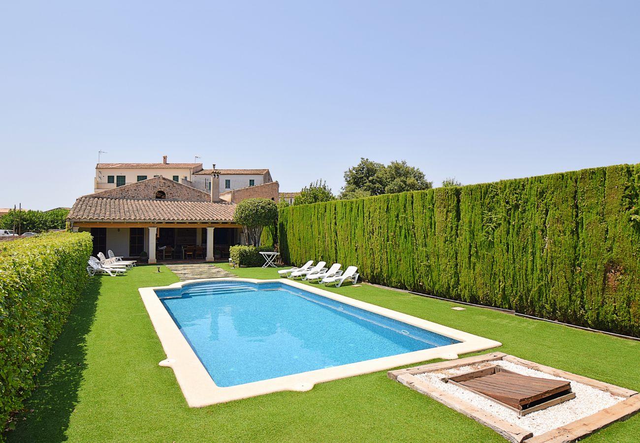 Piscina de Casa de pueblo en Llubi Mallorca para grupos grandes
