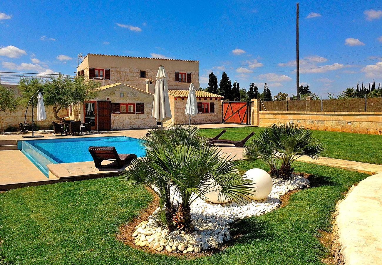 Casa con bonito jardín y piscina