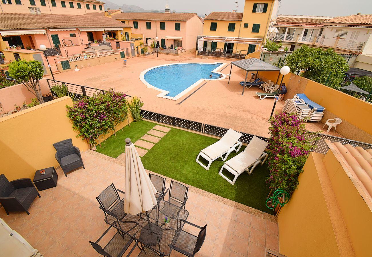 Foto piscina con terraza y jardines para vacaciones