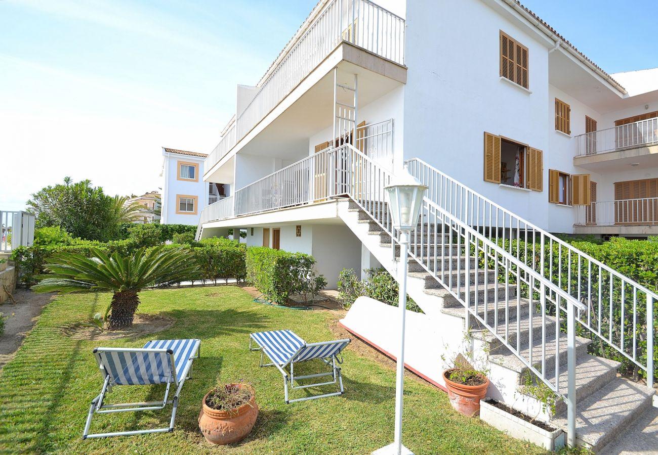 El apartamento tiene acceso a jardin