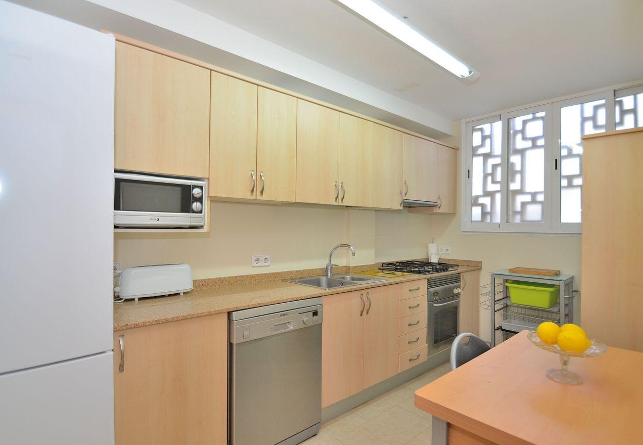 La cocina del apartamento en Puerto de alcudia es amplia y luminosa