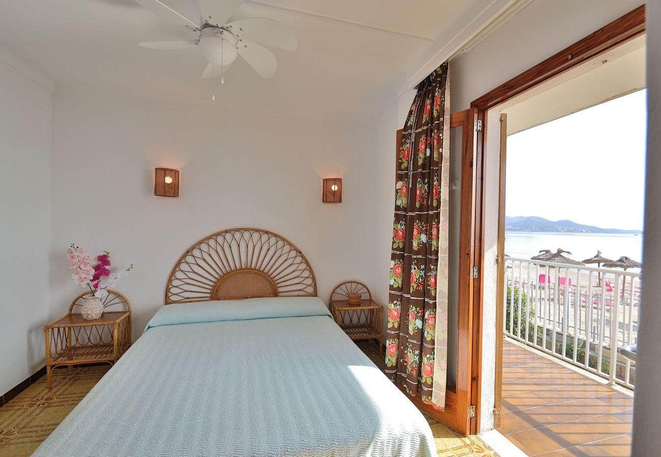 Dormitorio con vistas al mar del apartamento en Puerto de Alcudia