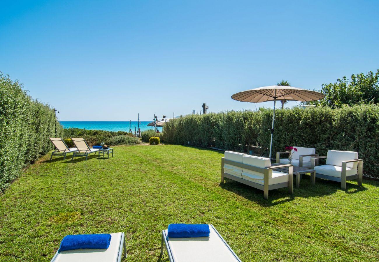 villa con jardin y vista al mar