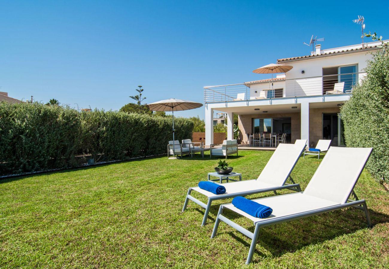 la villa en Playa de Muro tiene jardín