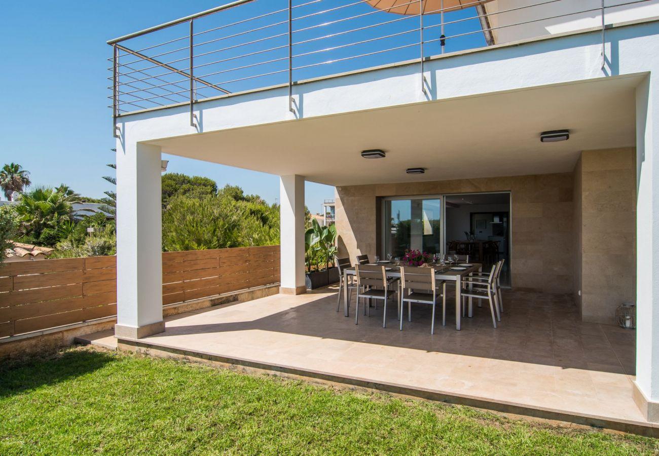 Terraza techada de la villa de playa de muro