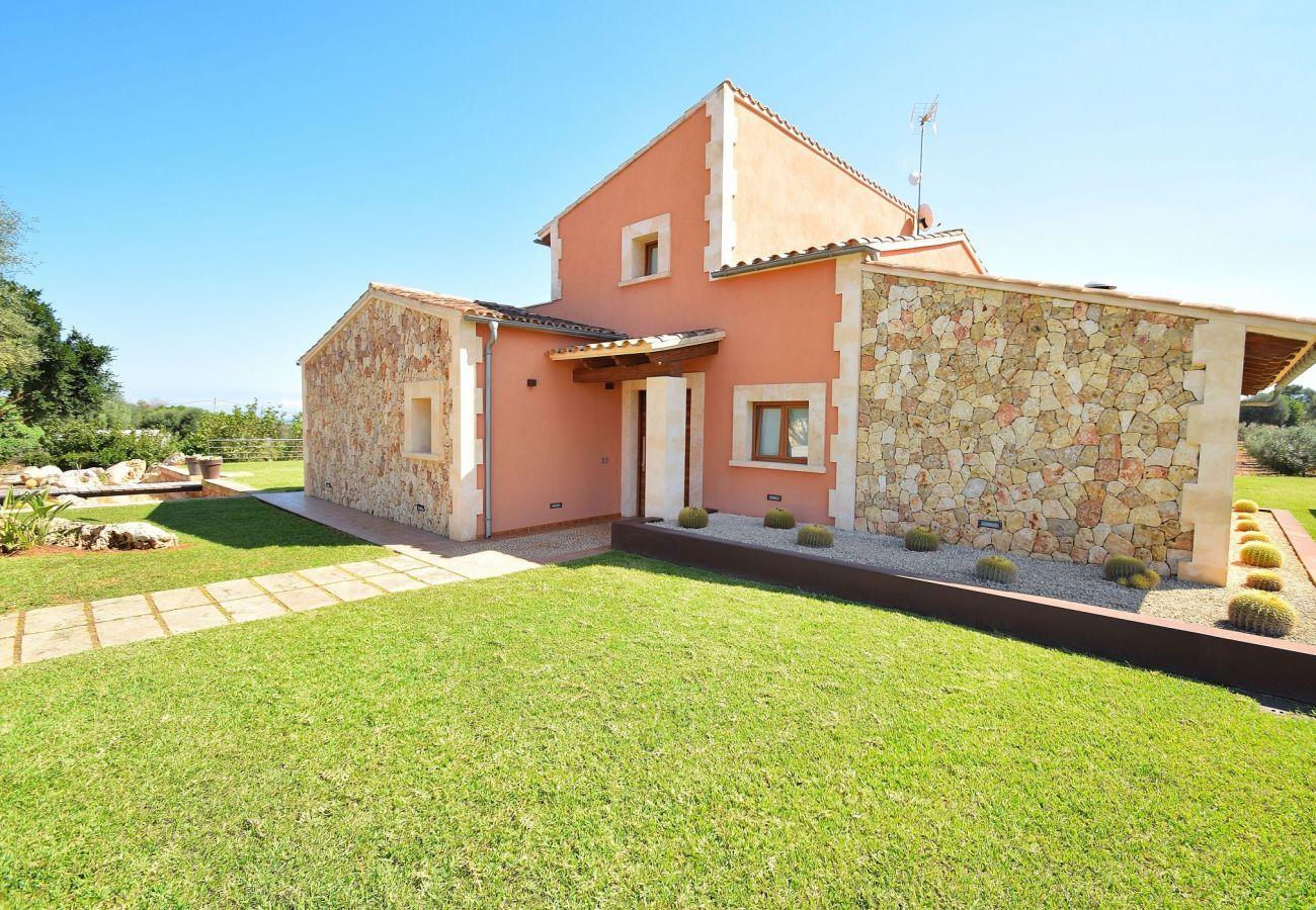 La villa en Can Picafort esta hecha de piedra