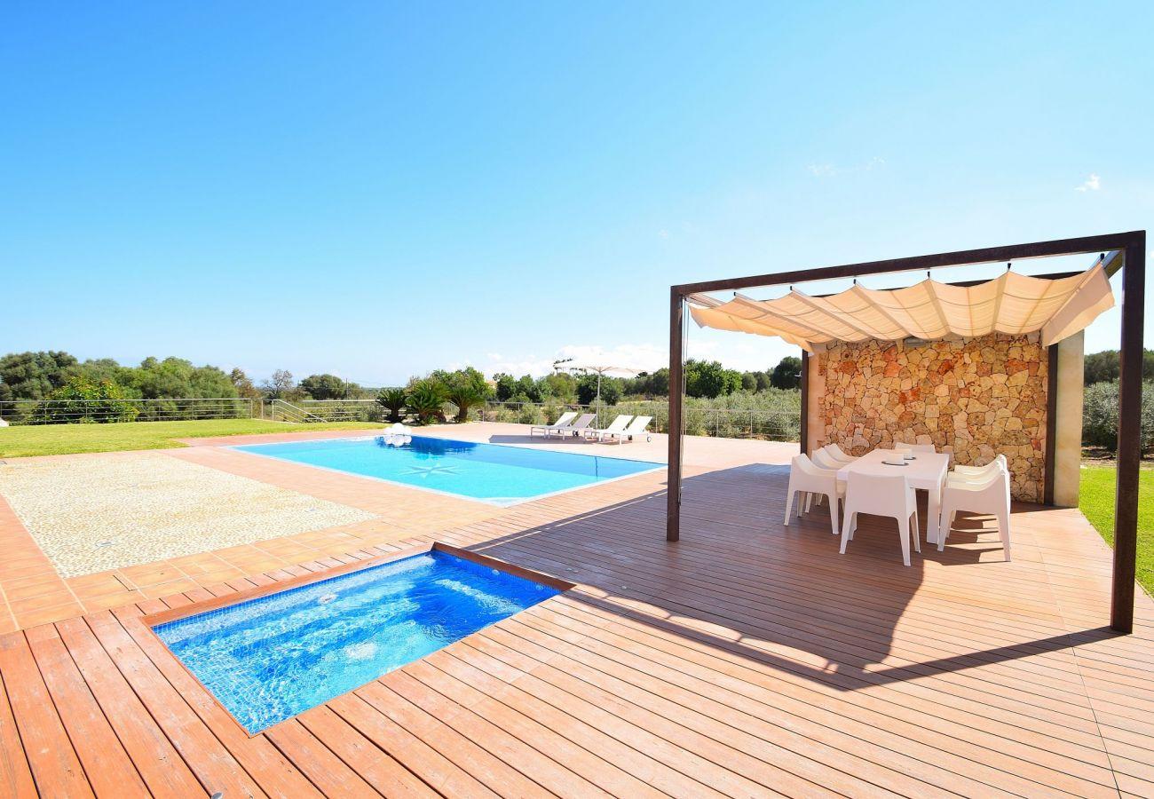 Vista de la piscina y del jacuzzi del villa en Can Picafort