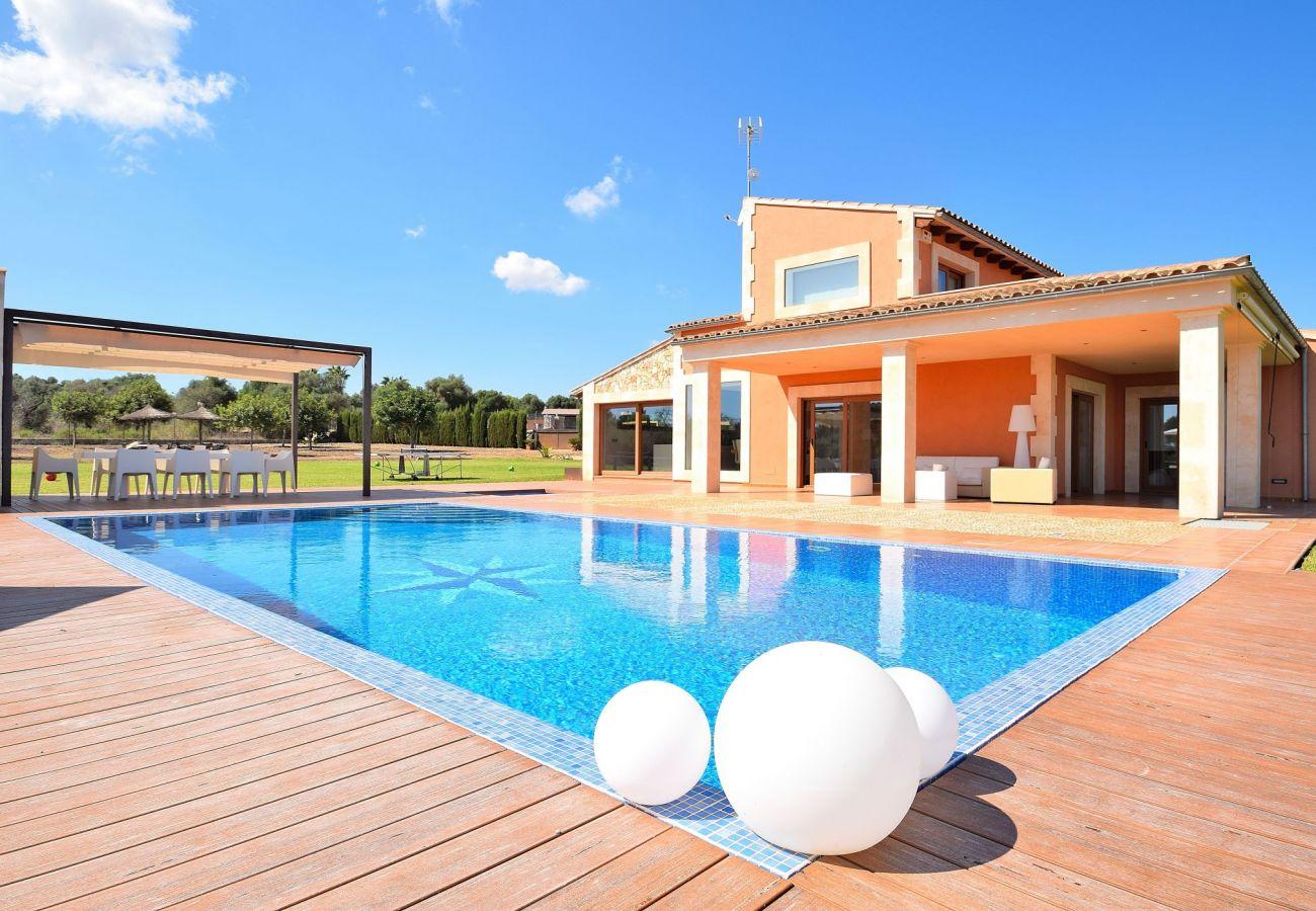 Vista de la piscina y de la villa de Can Picafort