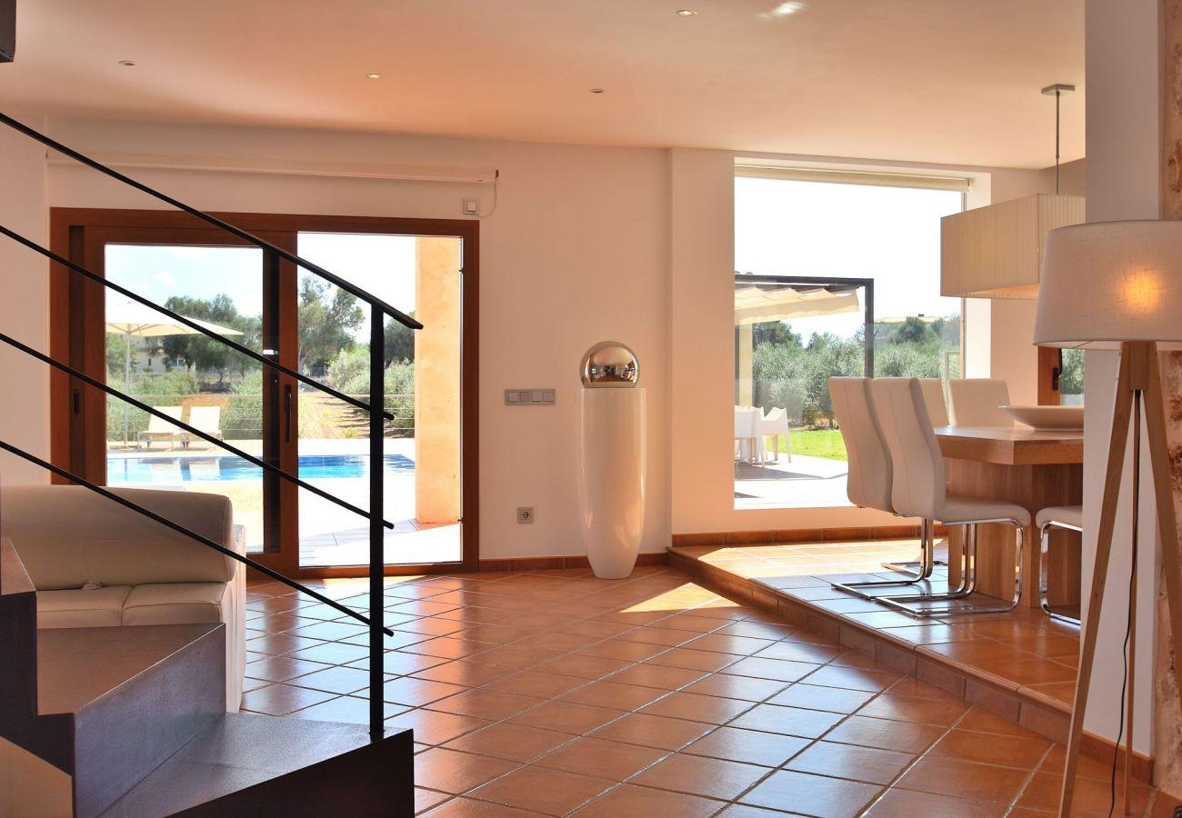 Foto del salón de la villa en Can Picafort