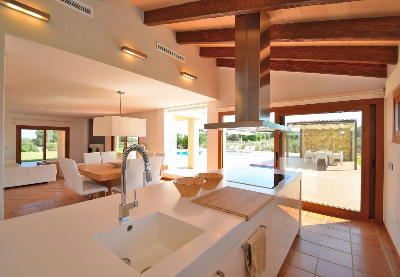 Otra perspectiva de la cocina de la villa en can Picafort