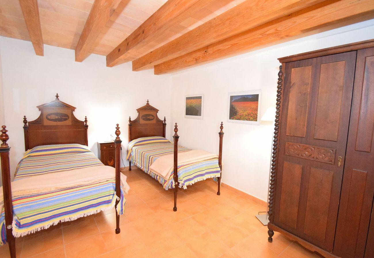 Dormitorio doble con vistas a las montañas de Alcudia