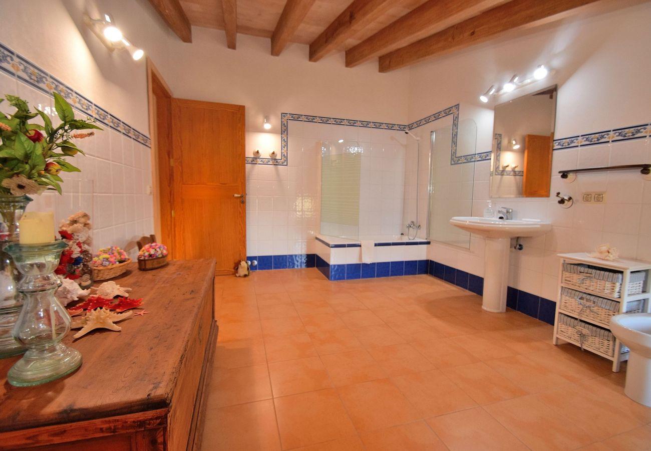 Baño principal de la villa de alcudia