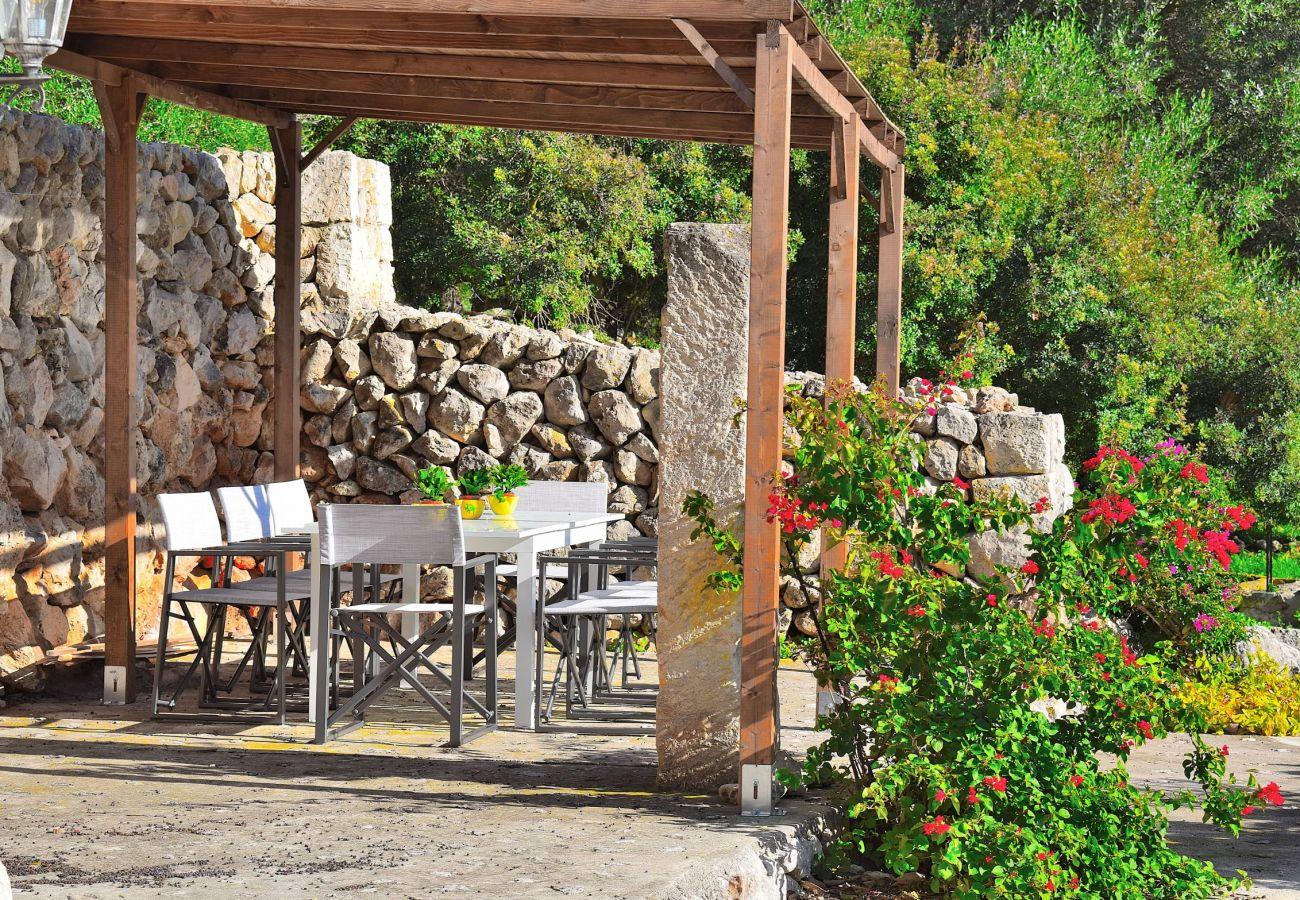 La villa en Alcudia tiene una terraza techada