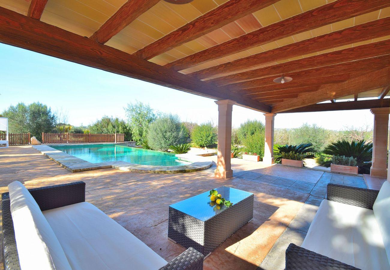 Vista de la terraza y de la piscina de la villa en sineu