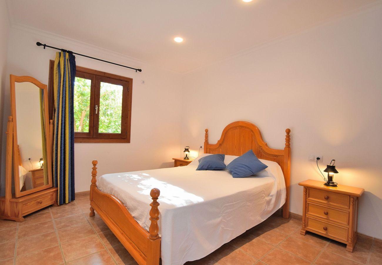 Dormitorio con mucha luz de la villa en Sineu