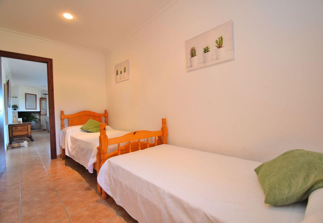 Habitacion con dos camas de la villa en Sineu