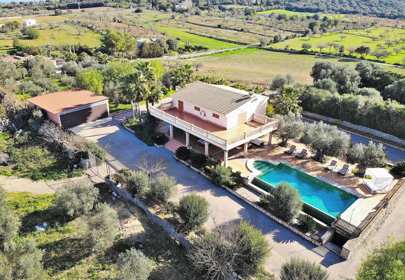 vista aerea de la villa en sineu y de su piscina