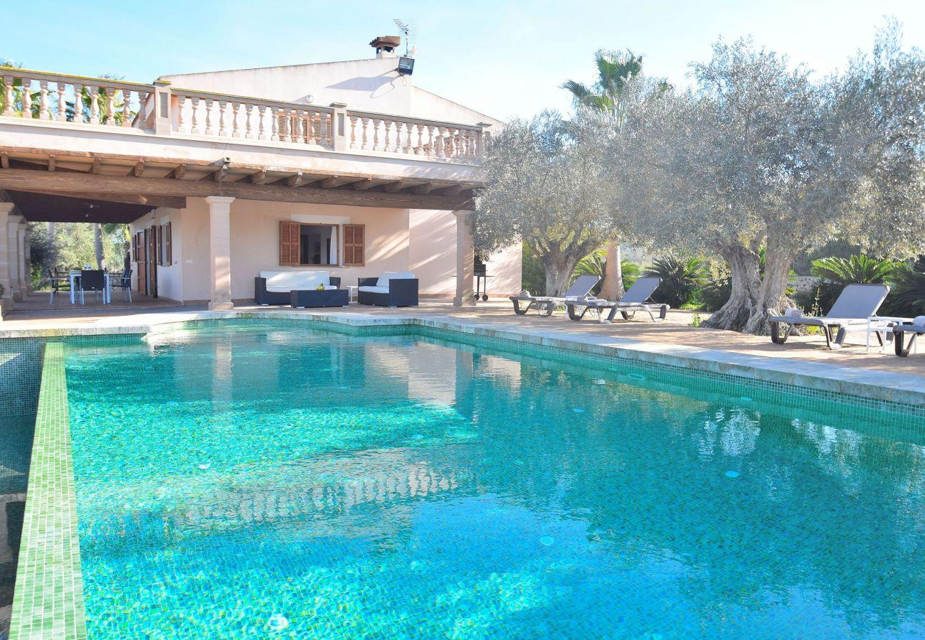 La villa en Sineu tiene piscina