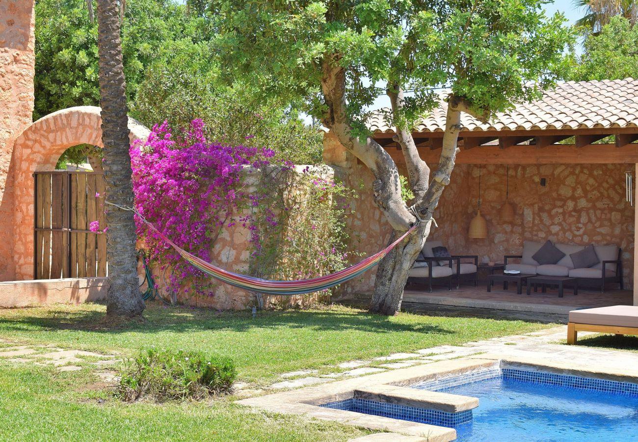 Casa con piscina rodeada de naturalezad
