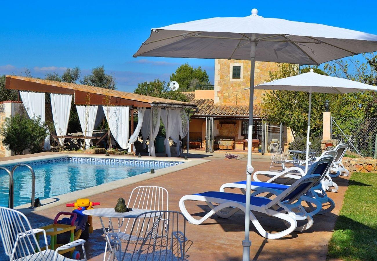 Außenansicht des Anwesens in Muro mit Pool