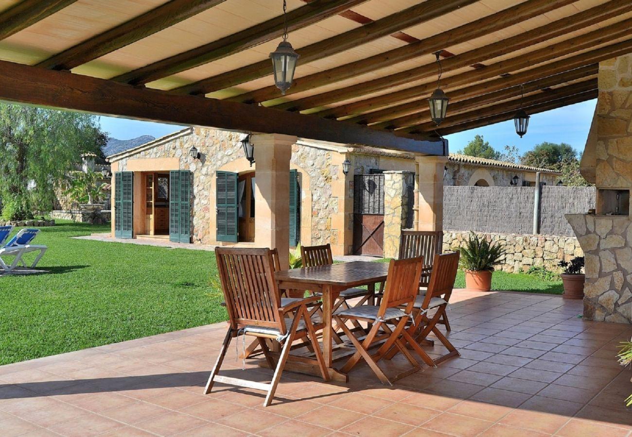 Die Finca hat eine große überdachte Terrasse und sie ist perfekt für den Sommer