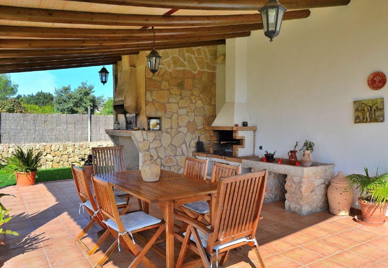 Die Finca hat eine Terrasse und einen Grill