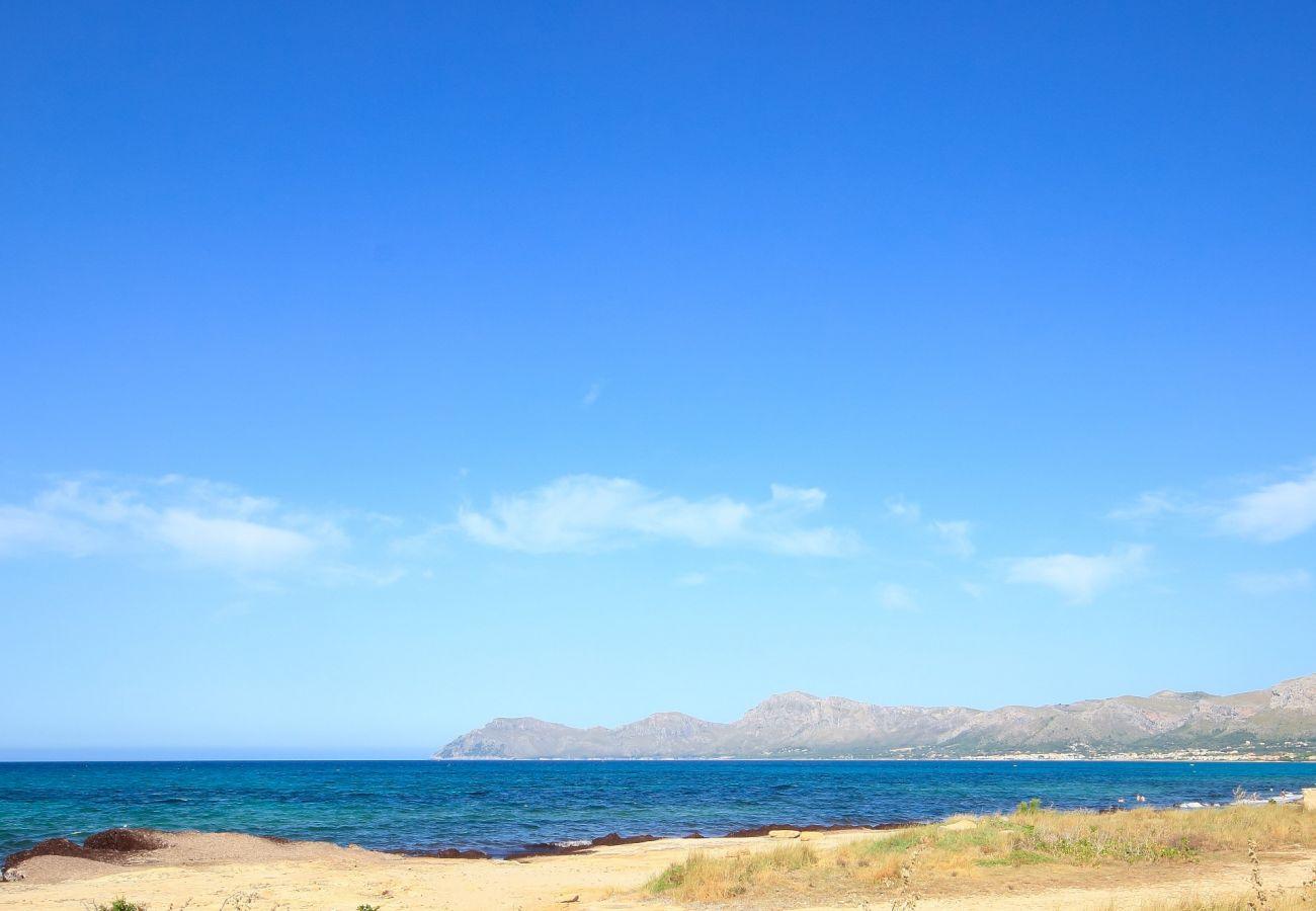 Das Ferienhaus liegt in der Nähe des Meeres und des Strandes