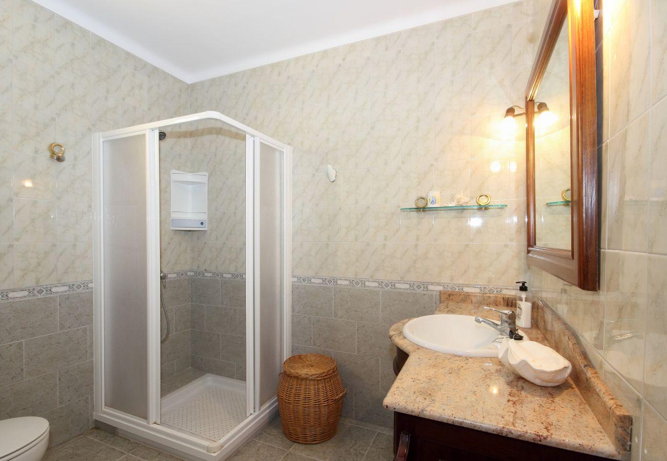 Das Ferienhaus verfügt über ausreichend Badezimmer für 8 Personen