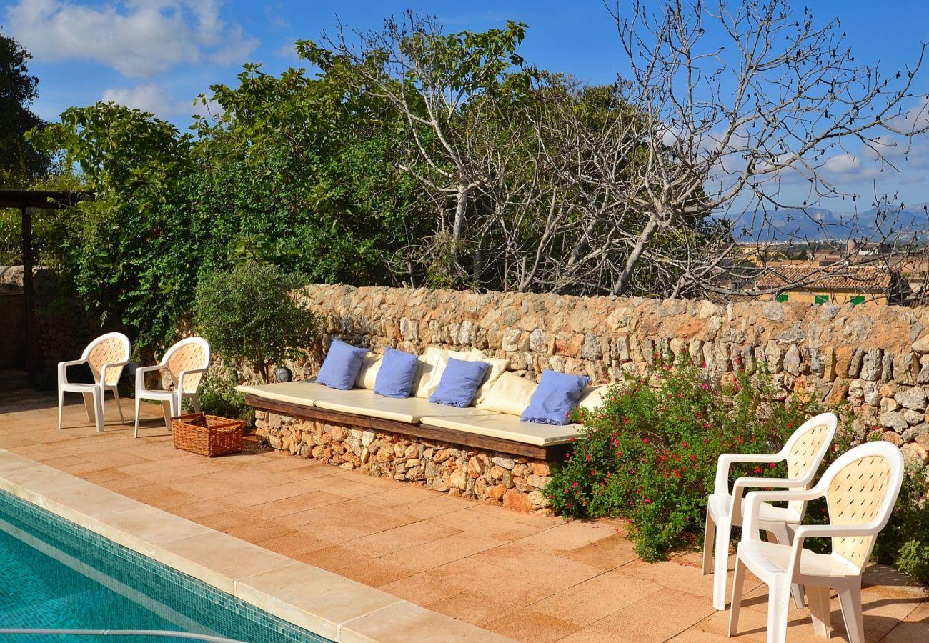 Die mallorquinische Finca hat einen schönen Pool