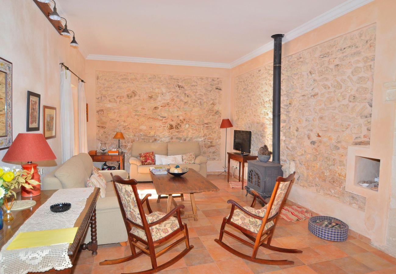 Die Finca verfügt über ein großes Wohnzimmer mit Raum für 8 Personen
