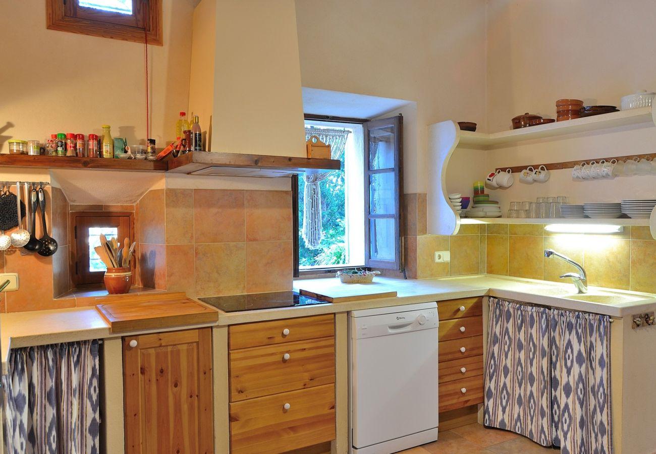Die Küche der Finca bietet Platz für 8 Personen