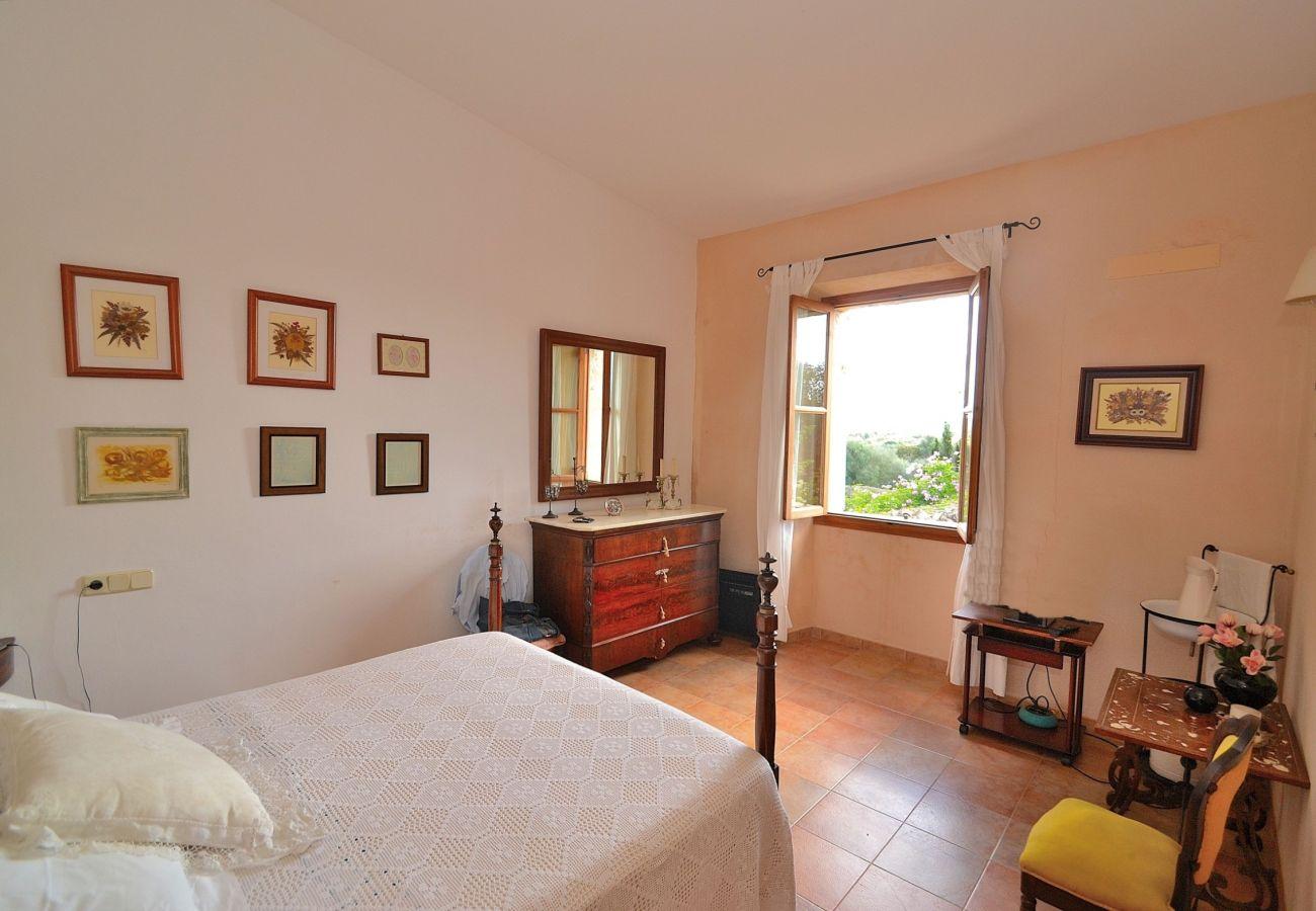 Einer der Schlafzimmer der Finca in Llubi