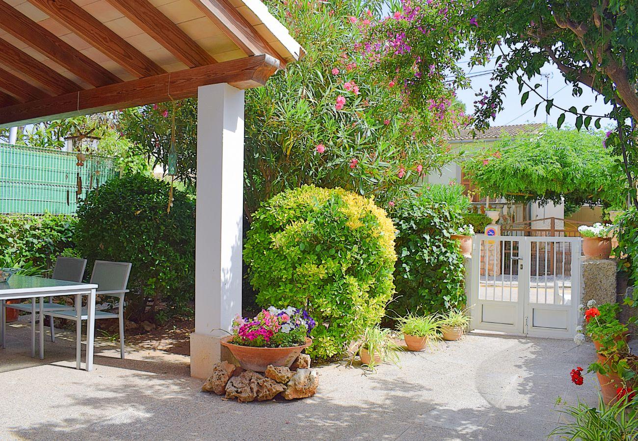 Foto einer Terrasse mit einem Garten in der Natur