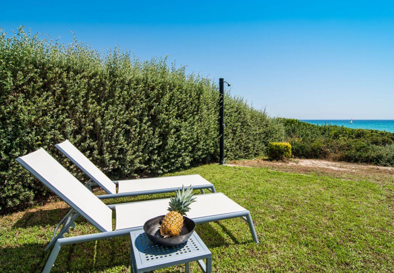 schöner Garten mit Blick auf den Strand von muro