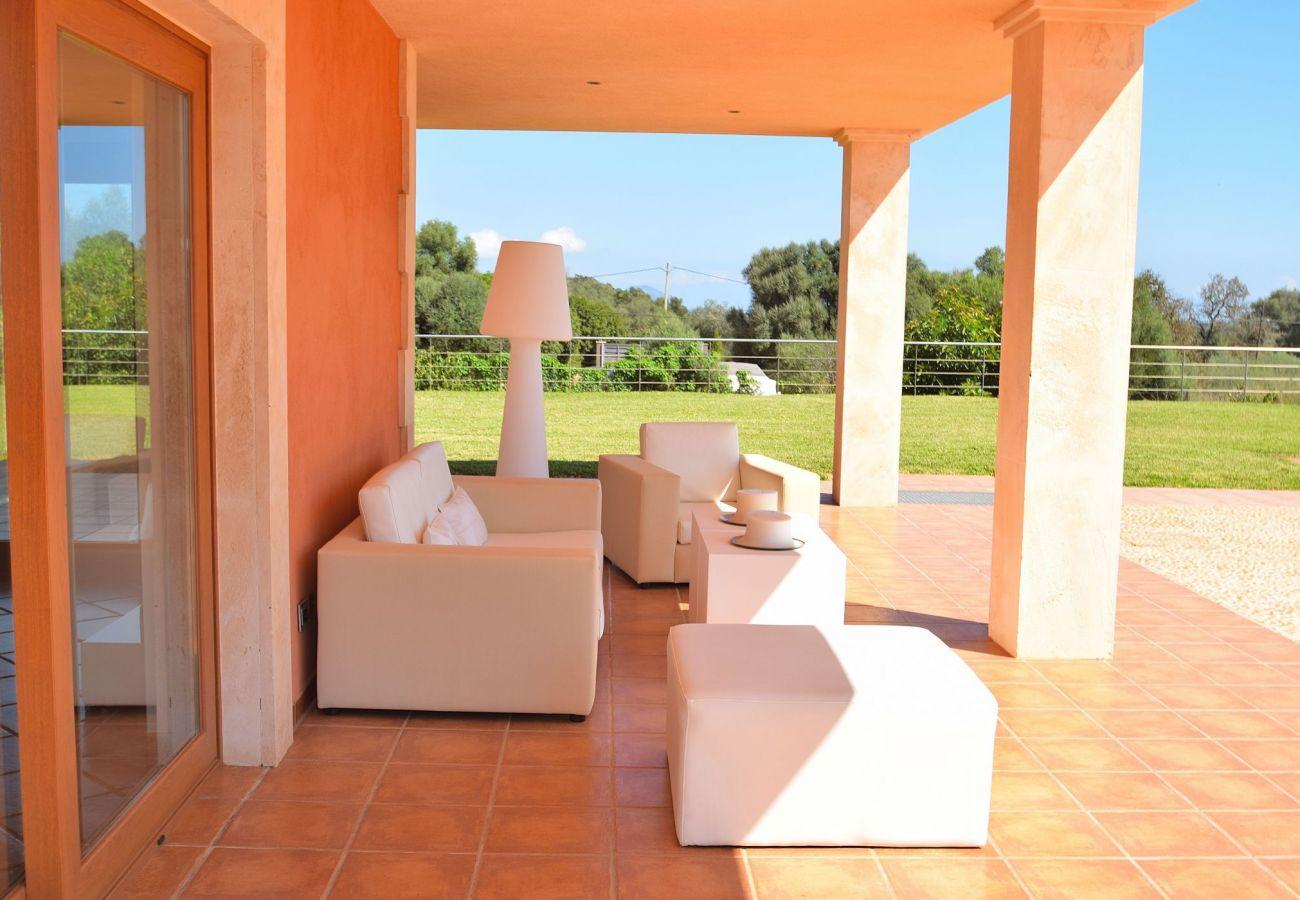 Blick auf die Gartenterrasse der Finca in can Picafort
