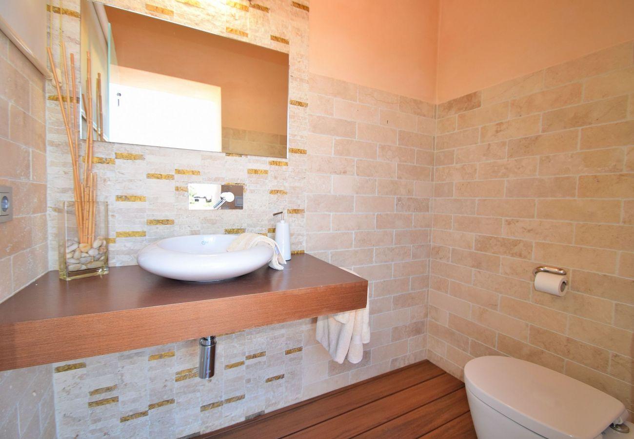 Die Badezimmer der Finca in Can Picafort sind neuwertig.