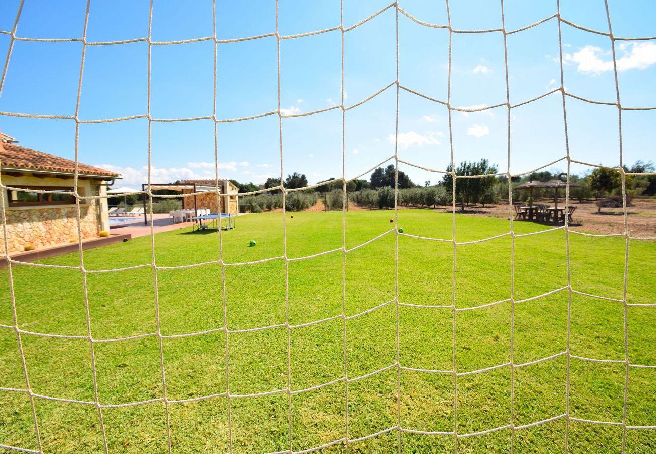 Die Finca in Can Picafort verfügt über einen Fußballplatz.