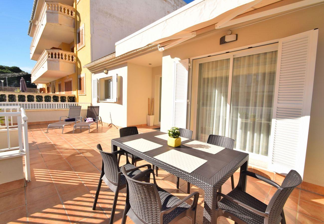 Blick auf die Terrasse der Ferienwohnung in Can Picafort nahe dem Meer