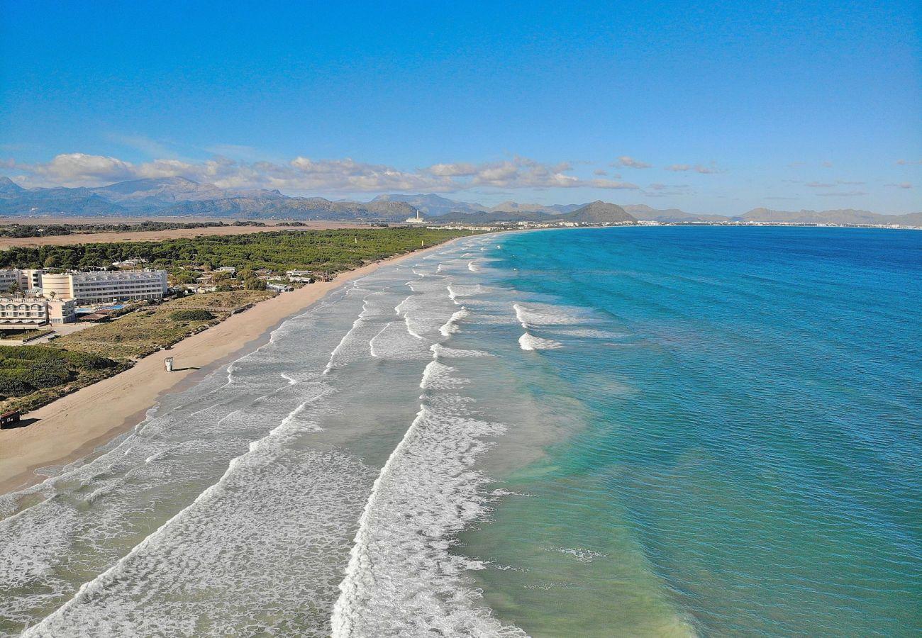 Spektakuläres Foto vom Himmel des Can Picafort Strandes