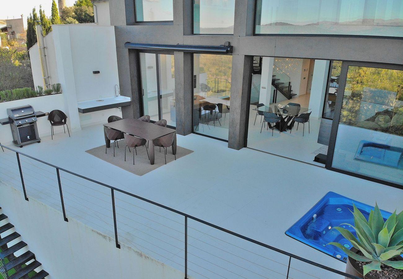 Das Ferienhaus hat eine große Terrasse