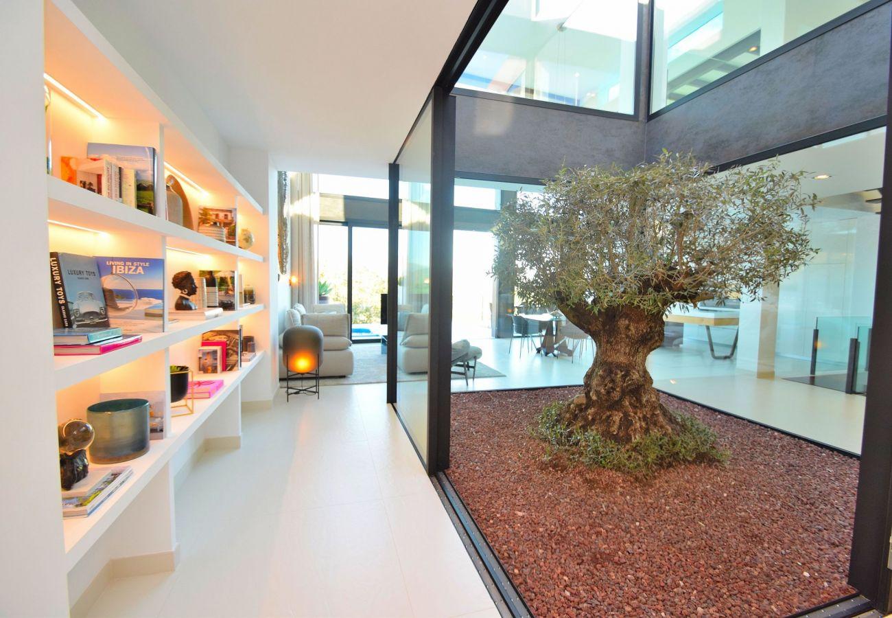 Schönes Foto des Innenraums der Villa in buger