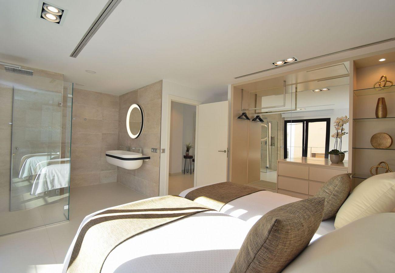 das Schlafzimmer des ferienhauses in Buger hat ein Bad en suite.