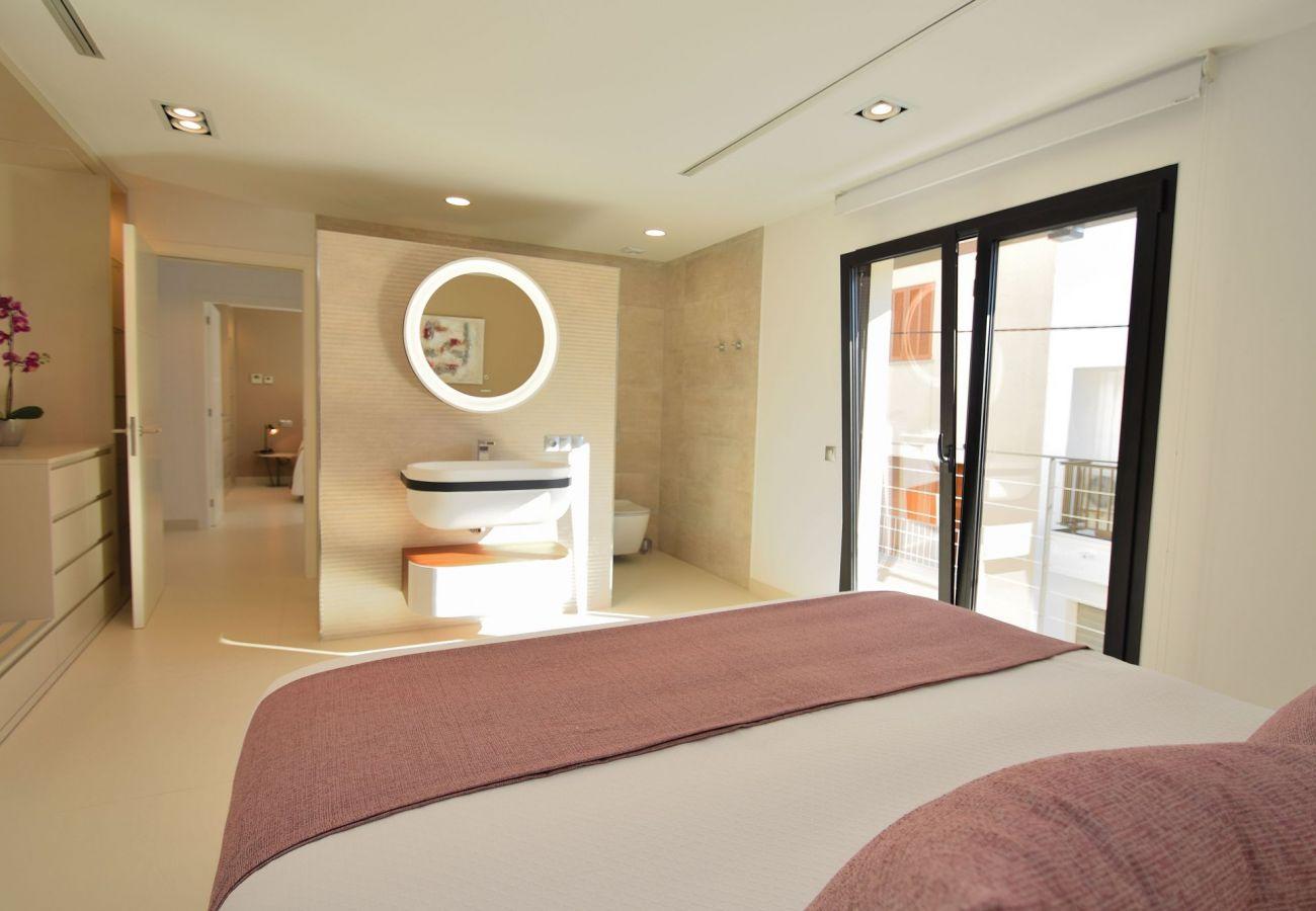 das Schlafzimmer des Hauses in Buger hat ein Bad en suite.