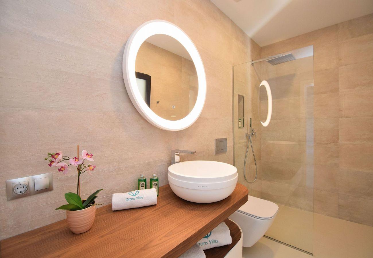 Das Badezimmer der Villa in Buger ist sehr gut eingerichtet.