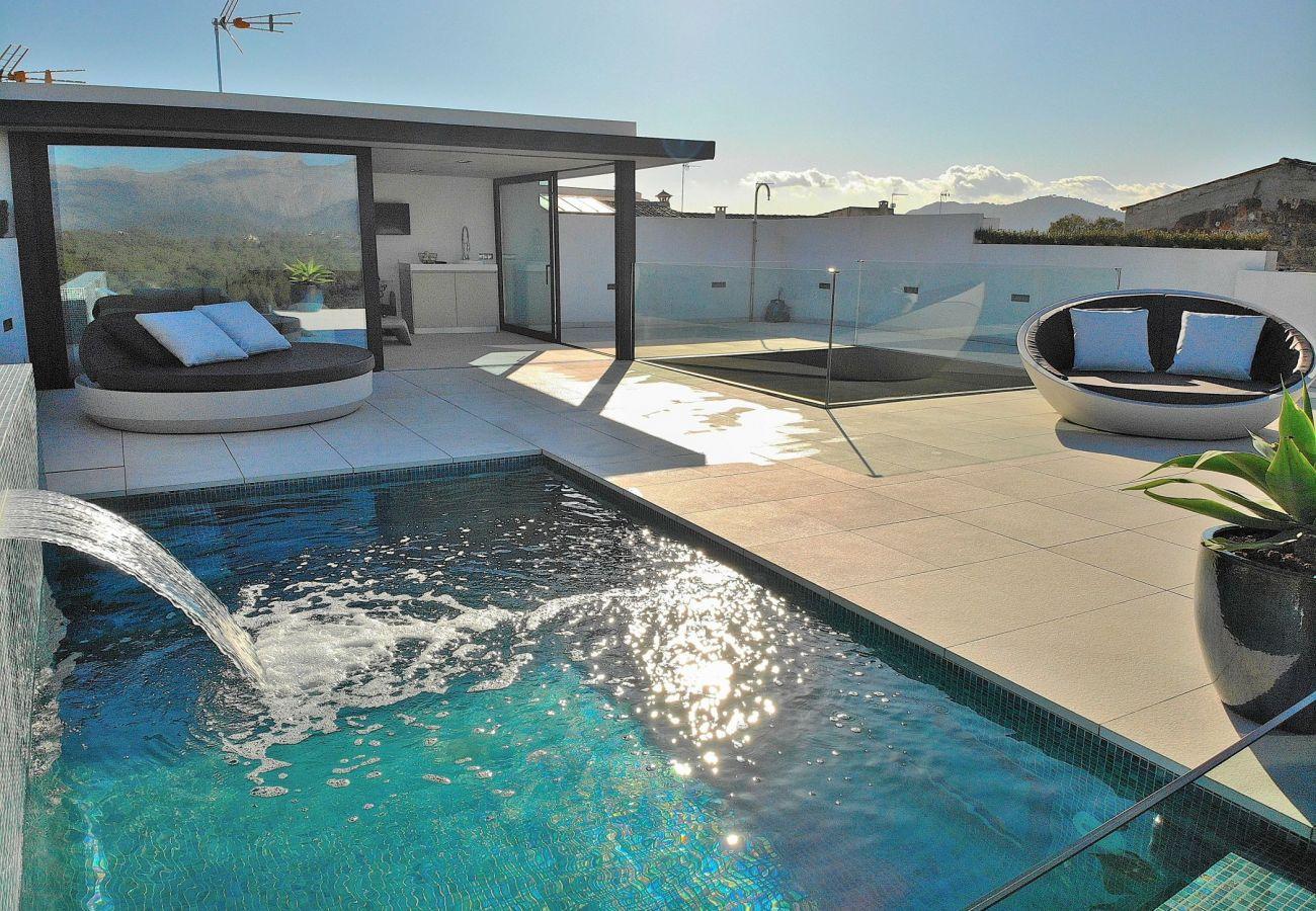Das Ferienhaus hat einen schönen Pool auf der Terrasse.